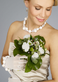 Bride wearing white Ulpukka necklace